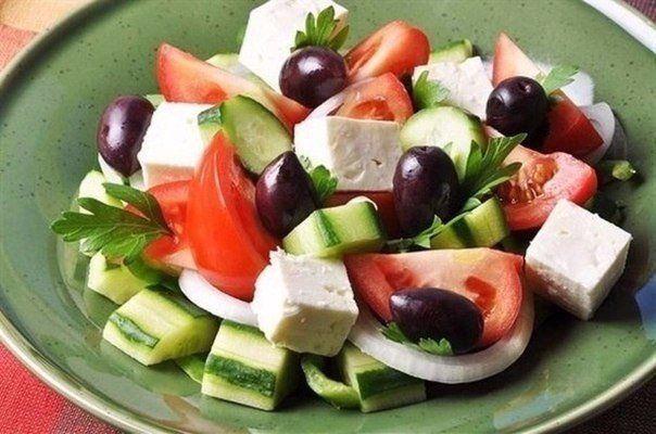 ТОП-7 вкусных салатов без майонеза!  1. Салат овощной с маслинами и фетой.  Ингредиенты:  помидоры, огурцы, болгарский перец – всего по 200 г. Фета – 200 г, которую можно заменить брынзой. Десять-пятнадцать маслин без косточек, по вкусу зелень, соль, перец. Три столовых ложки растительного масла и две столовые ложки лимонного сока.  Приготовление:  Огурцы нарезать соломкой, помидоры – кубиками. Из перца необходимо удалить семена и нарезать его соломкой. Чтобы приготовить вкусную заправку…