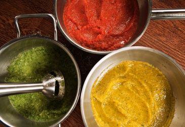Fargerike grønnsaksauser av paprika