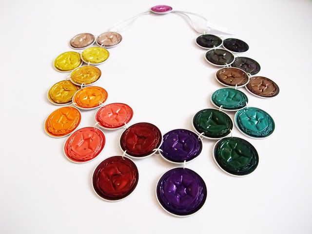 A tutorial for a colourful necklace made of Nespresso capsules!