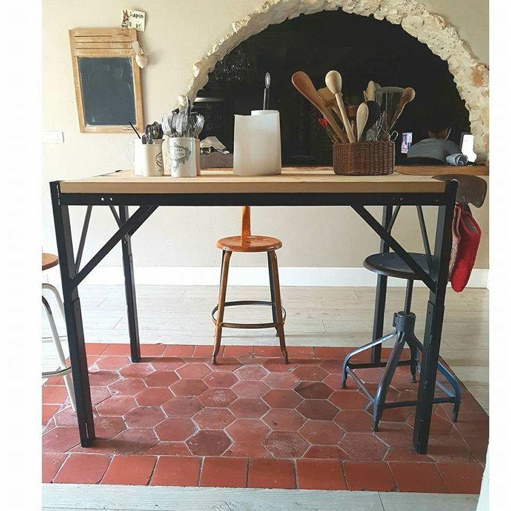 Table d'atelier industrielle, piètement en fer et plateau en bois. Idéal pour un ilot de cuisine