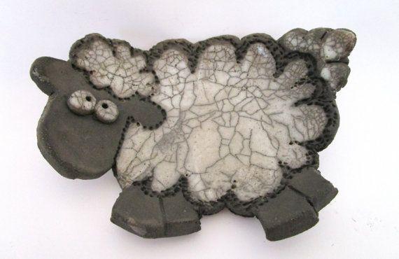 Ciotola svuotatasche Pecora realizzata in ceramica Raku di RAKULAB