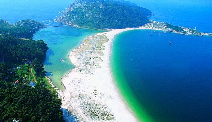 Varase apropie cu pași repezi și majoritatea ne gândim deja unde să mergem anul acesta într-o vacanță la plajă. Ca să te inspiram puțin, am prezentat mai jos un top al celor mai frumoase destinațiila plajă în Europa în care îti poți petrece concediul sau una dintre vacanțe cu mai puțin de 300 euro (transport și cazare). Pentru 2017, Grecia rămâne în topul nostru, urmată de Portugalia și Spania, însă am descoperit și destinații noi la plajă. Majoritatea propunerilor sunt în lunile iunie și…