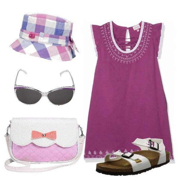 Il vestitino viola profilato bianco è accompagnato dai sandali bianchi, la borsa col fiocco, gli occhiali da sole e il cappellino a quadri colorati, per piccole decise su cosa indossare.