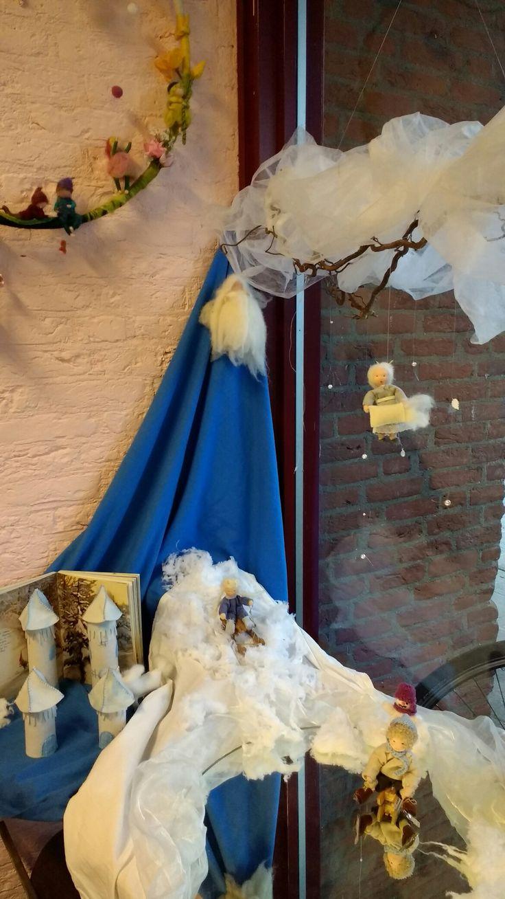 Winter nature table - Seizoenstafel Winter Op De Zeister Vrije School Bergweg Met Schaatser Meisje Op De Slee En Sleenature Tablewinter Seasonart Crafts