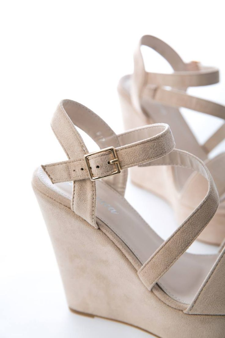 Strappy platform. Strap with gold buckle fastening on the ankle. Sole 13 cm. https://www.modaboom.com/platforma-me-louria.html