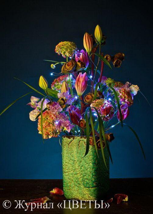 Композиция с использованием светодиодных гирлянд — маленьких лампочек в виде «росинок» привлекает внимание и завораживает. Такими «живыми» светильниками можно украсить любое торжество, в том числе проходящее на свежем воздухе: в светлое время суток гостей будут радовать стильные цветочные композиции, а с наступлением темноты начнется настоящее волшебство, которое помогут сотворить светодиодные нити.