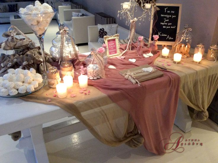 Romantic vintage chic προσέγγιση γι' αυτό το τραπέζι ευχών στην είσοδο της αίθουσας Φαιστός στο κτήμα Αριάδνη