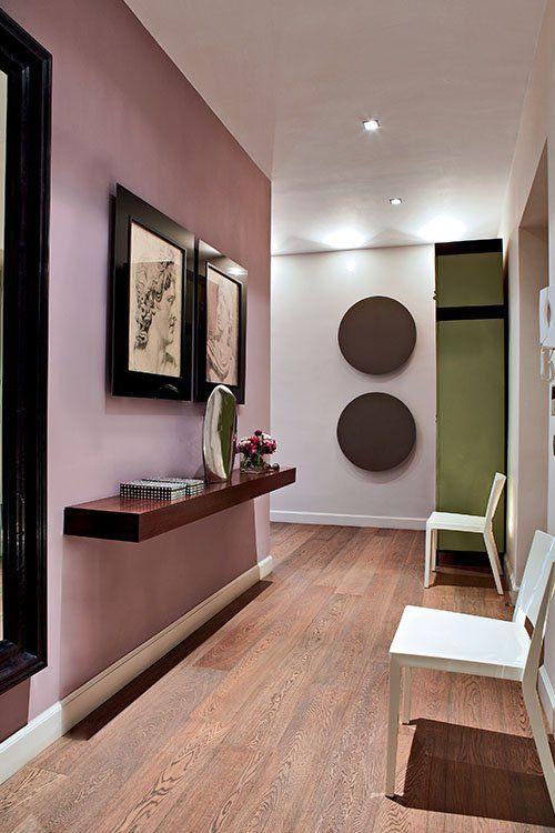 Il n'est pas nécessaire qu'une pièce soit baignée de lumière pour oser peindre un mur dans une couleur plus ou moins foncée. Le vieux rose est une couleur qui s'associe merveilleusement aux bruns et aux verts. Comme dans ce couloir, où un seul mur a été recouvert de peinture vieux rose et contraste avec un angle peint en vert et blanc. Grâce à ce type de combinaison, le couloir prend une nouvelle dimension avec une perspective intéressante et élégante. http://www.imberty.fr/ #parquet #bois…