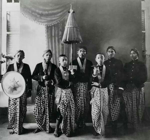 Courtiers of the Sultanate of Paku Alam holding royal insignia ...