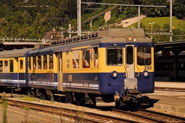 Elettromotrice ABeh 4/4 308 del 1965 sulla  Berner Oberland-Bahn (BOB) che collega Interlaken Ost a Grindelwald o Lauterbrunnen mediante le due sezioni che si diramano presso Zweilütschienen. La ferrovia, a scartamento metrico, è dotata di alcune sezioni armate con cremagliera Riggenbach. Interlaken Ost, 10 agosto 2013 - (Foto: Riccardo Genova)