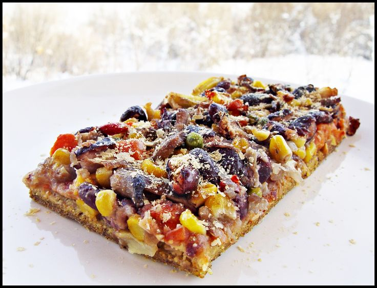 *Pizza mexicană vegană fără gluten* (vegan fără gluten) 1.Blat  – 2 căni mălai  – 2 linguri semințe de in  – 2 linguri semințe de chia  – 2 linguri ulei  – sare …