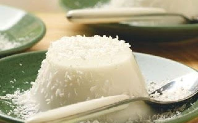 Fate ammorbidire la colla di pesce in un bicchiere con acqua fredda per 10 minuti circa. <br />Nel frattempo mettete in un pentolino sul fuoco il latte di cocco, la panna, lo zucchero e il rum; ..........