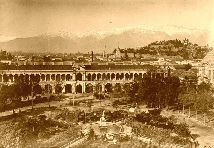 Hermosa fotografía de la Plaza de Armas en 1875 con la el Cerro Santa Lucía y la Cordillera de fondo. En la época no había problemas de smog y la ciudadanía gozaba de unas vistas despejadas casi a diario.