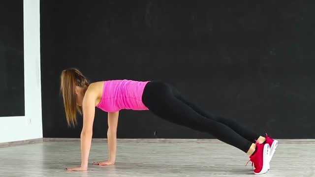 Упражнение планка является лучшим для пресса, плечевого пояса, бедер, ягодиц и спины. Недаром оно существует и в комплексе йоги. Многие знакомы с классическим вариантом этого упражнения. Предлагаемое видео знакомит с вариациями планки. Присоединяйтесь.