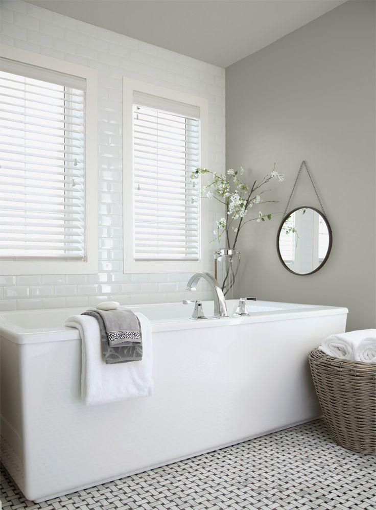 Cette salle de bain donne la vedette au gris Stéatite (5-15-4), une des couleurs phares de la collection Hiver. / This bathroom showcases Steatite grey (5-15-4), one of the feature colours in the Winter collection.
