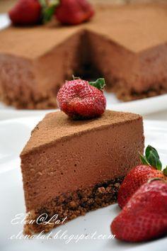 Sweet and not Sweet: Трюфельный тортДля трюфельной начинки: 300гр. темного шоколада с большим содержанием какао; 50гр. молочного шоколада; 2 ст.л кукурузного сиропа (можно и без него); 2 столовых ложки рома; 500мл. жирных сливок не меньше 33%  какао-порошок для посыпки