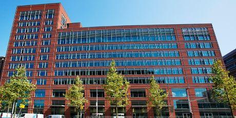 Het Wibauthuis is de thuisbasis voor enkele opleidingen van de domeinen Economie en Management en Maatschappij en Recht. Er is een groot restaurant op de begane grond en op de 1e etage vind je de bibliotheek, heel veel studieplekken en FLOOR, het debat- en activiteitencentrum van de HvA.