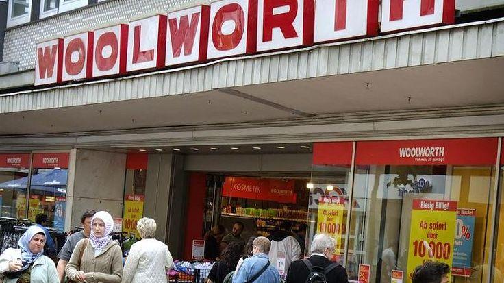 Eine Filiale der Kaufhauskette Woolworth in Dortmund hat Weihnachtsartikel aus dem Sortiment genommen. Eine Kassiererin rechtfertigte dies damit, dass sie ein muslimisches Geschäft seien. Tatsächlich war es jedoch keine religiöse, sondern eine marktwirtschaftliche Entscheidung. Wer's glaubt...