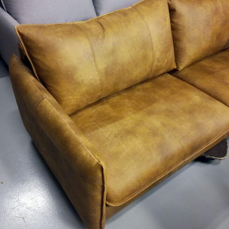 SOFA OF THE DAY Ylellisellä Nature-nahkalaadulla | With our most luxurious leather, Nature Malli / Model: Chic Nahka / Leather: Nature 03 Light Brown  #pohjanmaan #pohjanmaankaluste #käsintehty