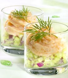 Zalm mousse in een glaasje met frisse komkommer salade