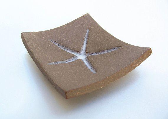 Décor de plage parfait - étoile de mer savon vaisselle, cuillère, plat de bijoux ou porte-clef. De largile brune et le cachet avec une vraie