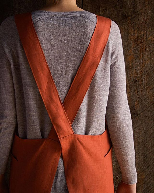 Dress for a very successful mess this holiday season with our Linen Cross Back Apron! Click on the link in our profile for the free pattern.