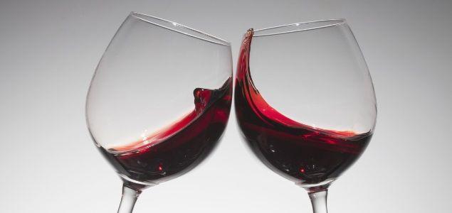 Cinco beneficios de beber vino tinto  Siempre hemos escuchado que comer o cenar con una copa de vino tiene grandes beneficios. Así es, numerosos estudios científicos han probado y demostrado las cualidades positivas que tiene consumir de manera moderada el vino tinto. Se lo mostramos: