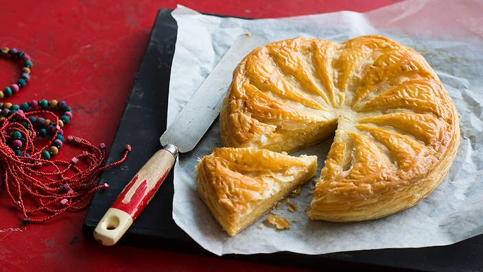 Almond custard and puff pastry pie (galette de rois). Listen to our audio recipe.