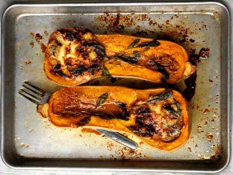 Ugnsbakad pumpa fylld med ricotta, ädelost och salvia. Ställ fram formen och låt gästerna själva få gröpa ur sina smakportioner direkt från skalet. En social rätt helt enkelt! Recept från kokboken Tina - hur du enkelt lagar min godaste mat.