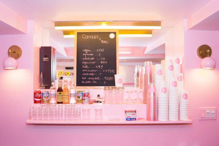 Em outubro do ano passado, inaugurou em Nova York o restaurante mais rosa que você provavelmente vai ver em toda a sua vida. É oPietro Nolita, comandado por Pietro Quaglia e Mina Soliman. Localizado no Soho, bairro descoladinho da cidade, os sócios contam que a inspiração veio dos restaurantes em tons pastéis localizados à beira-mar da Ri...