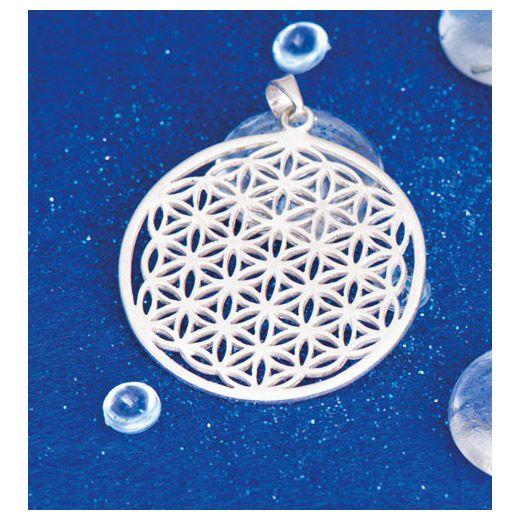 925 Sterling zilver De levensbloem creëert een harmonieus, trillend veld. Is in staat onze blokkades op te heffen en levensenergie vrij te maken. Draag de beschermende levensbloem elke dag op je lichaam. Ø 35 mm.