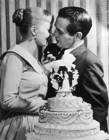 L'attore Paul Newman e Joanne Woodward si baciano davanti alla loro torta nuziale durante il ricevimento al El Rancho hotel-casino di Las Vegas, il 29 gennaio 1958.