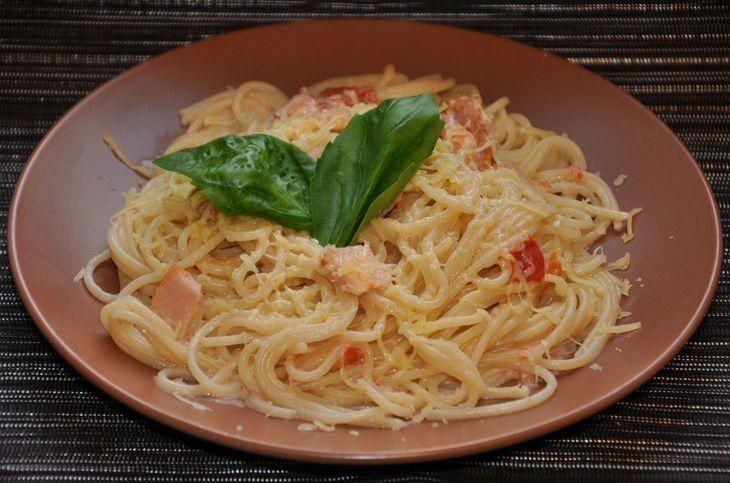 """Спагетти """"Карбонара"""" со сливками  Ингредиенты  Бекон или панчетта - 200 гр Чеснок - 2 зуб. Сливки (от 20%) - 200 мл Томатная паста - 1/2 ст.л. Спагетти - 200 гр Вода - около 500 мл Пармезан - 100 гр Яичный желток - 2 шт Базилик зеленый - 2 веточки Соль, свежемолотый черный перец - по вкусу  Как приготовить  Бекон нарезать не слишком мелко и обжарить в чаше мультиварки без масла в режиме """"Выпечка"""" (включить режим на 40 минут) в течение 15 минут до золотистого цвета. К бекону добавить мелко…"""