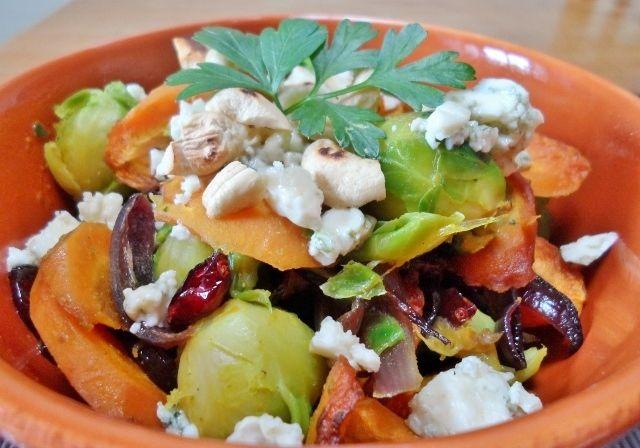spruitjes en rode ui met cashewnoten, cranberries en blauwe kaas