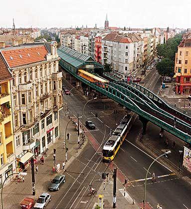Schönhauser Allee: In der Hauptstraße des Quartiers fährt die U-Bahn auch hochbeinig