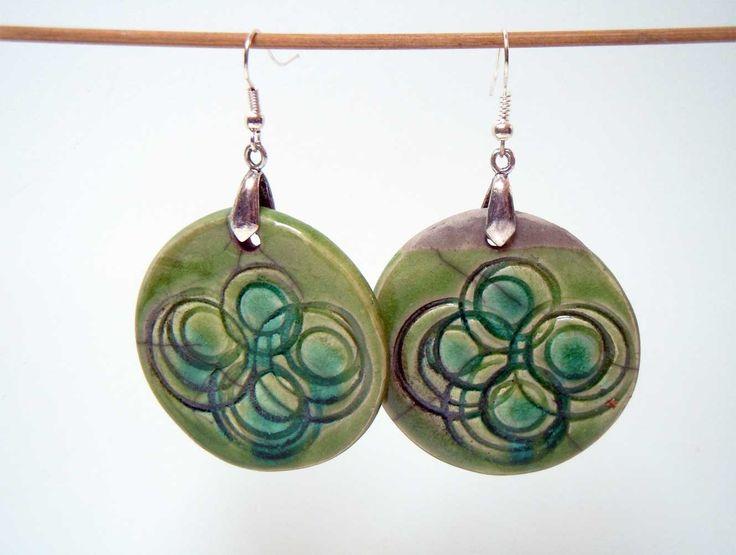 Création artisanale  unique : Grandes boucles légères en céramique vertes aux points bleus