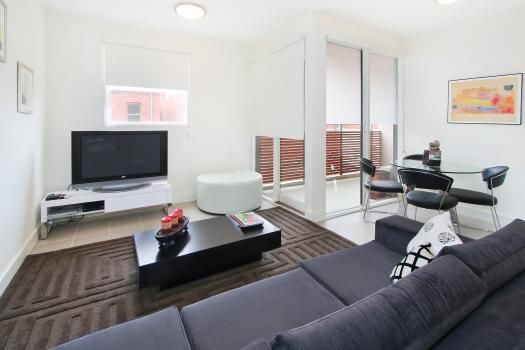 11/114a Westbury Close, East St Kilda, Melbourne. This is a spacious East St Kilda apartment with abundant natural light and a peaceful street location – boutique accommodation at its best.  This apartment comes with the maximum possible pay TV (Foxtel) package, ie, you have access to all possible channels.