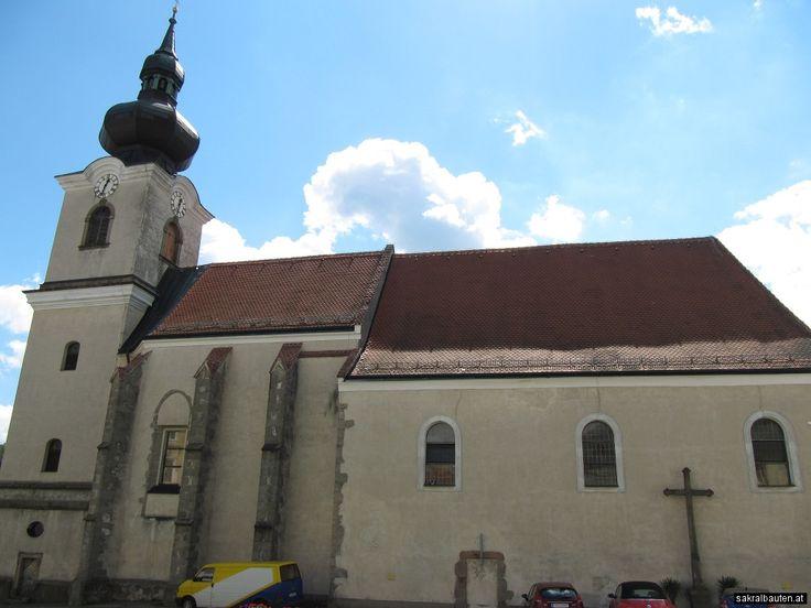 Der romanische Kern der heutigen Pfarrkirche stammt ursprünglich aus dem 12. Jahrhundert. 1290 wird erstmals ein Pfarrer urkundlich erwähnt. In der zweiten Hälfte des 15. Jahrhunderts kam es zu einem gotischen Um- und Erweiterungsbau, wovon noch heute der Chorraum erhalten ist.