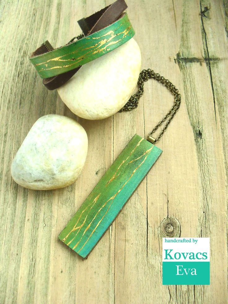 Kézzel festett zöld és arany bőr karkötő nyaklánccal Hand painted green and gold leather bracelet with necklace.