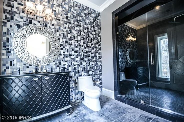 Мастер Ванная комната с шифер плиточные полы, Abbyson Гостиная Рейган Круглый настенное зеркало, Ленто CT25 мозаики, Поднятый панели
