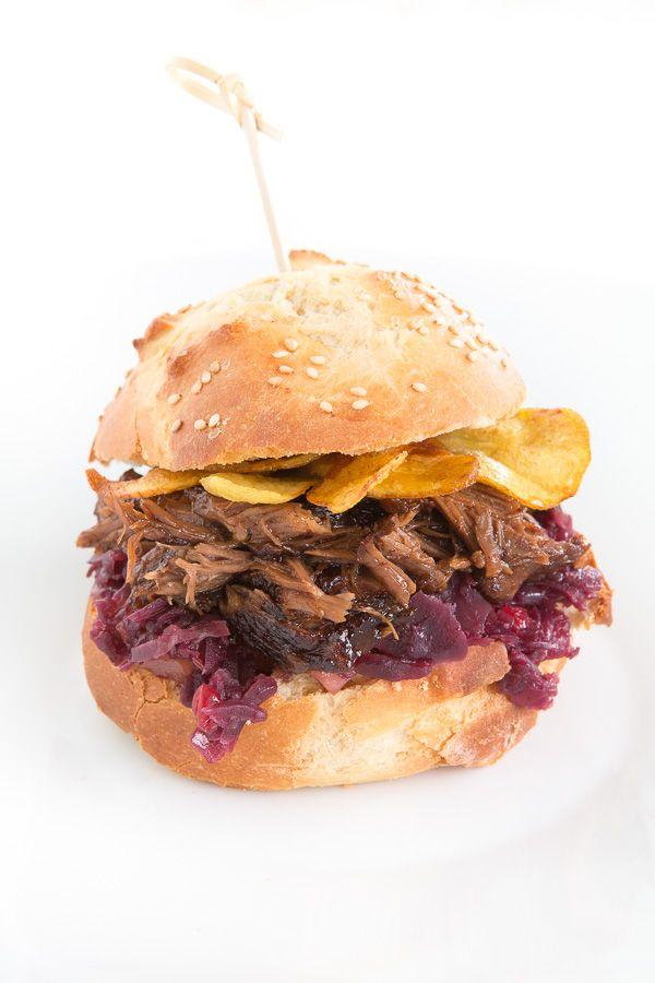 Kalbsbäckchen-Burger mit Rotkohl, Preiselbeer-Birnen-Chutney und Kartoffelchips