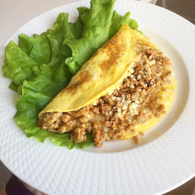 Restomelett 😎 Ägg, köttfärs-rest av något slag och ost 😍👌🏻🌸🌸🌸 Omelette stuffed with Leftovers 😍 #bolognese #köttfärssås #ägg #egg