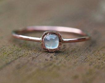 Anillo de diamante solitario hermosos hechos a mano en 14 k amarillo oro.  El pedazo de centro del anillo es mate con bordes brillantes.  El diamante brillante en el anillo es H/SI1.  Medidas  diamante: H/SI 0,9 mm el ancho de banda de 1mm pieza central del anillo - 5mm  Esta alternativa moderna a su solitario diamante tradicional puede servir como un anillo en su propio o usarse con otras combinaciones de bandas.  Este anillo es hecho a mano tamaño solicitadas.  Perfecto como regal...