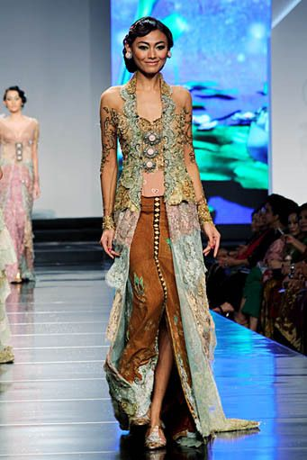 LOVE this Kebaya. breezy, fierce, effortless lambai