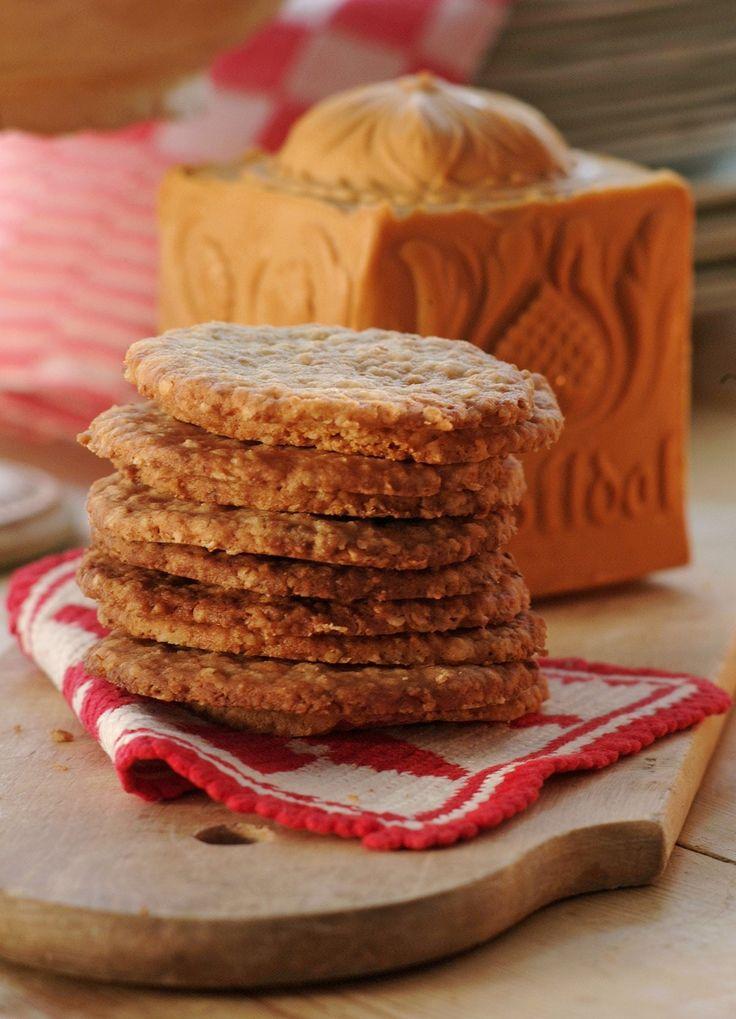 Hjemmelagde havrekjeks er helt nydelig og perfekt å unne seg til kveldskosen, med litt brunost eller annen god ost på. Mange har den også som et fast innslag i julebaksten. Uansett bruk, dette er kjeks som når man først har fått smaken på det, lager om og om igjen! Husk å la deigen stå kaldt en god stund, gjerne natten over, slik at den blir enklere å kjevle ut.