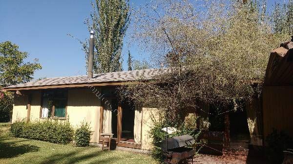 Amplia casa de 450 m2 en exclusiva parcela de 10.000 m2 en Brisas del Taco, Pirque. Precioso jardín con piscina, riego por tendido, portón eléctrico, pieza y baño de servicio, estacionamiento techado.