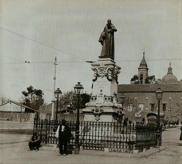 Estatua de Lope de Vega en la Glorieta de San Bernardo, entre 1902 y 1908. Detrás la Iglesia y Hospital de San Pedro de los Naturales (de Madrid).