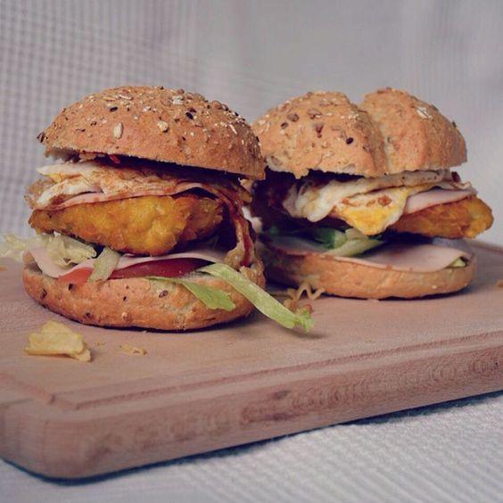 """""""Broodje krokante-kip-schnitzel-ei-augurk-tomaat-chilli-sla-kipfilet-curry voor diner ❤️"""""""