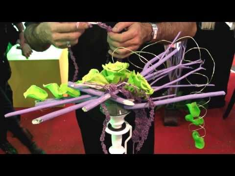 Création d'un bouquet de mariée par Eric Ricco de Flore Alliance, fleuriste et designer végétal, lors du Salon du Mariage 2009 de Grenoble. Plus d'infos sur http://www.flore-alliance.fr