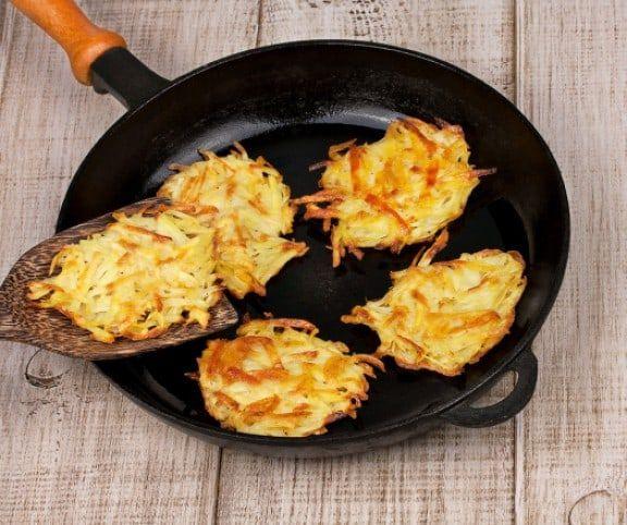 Hívhatod tócsninak, rösztinek vagy lepcsánkának, a lényegen nem változtat: így is, úgy is finomak, egyszerűen elkészíthetők, és mindnek reszelt krumpli az alapja.